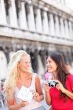 旅行朋友旅游与照相机和地图,威尼斯 免版税库存照片