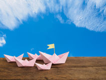 旅行概念和领导概念,纸桃红色小船小组 库存照片