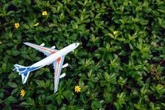 旅行概念平的被放置的设计与飞机的 免版税图库摄影