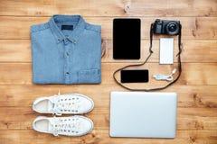 旅行概念鞋子,衬衣,手机,膝上型计算机, mp3, usb,来了 免版税图库摄影