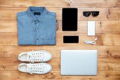 旅行概念鞋子,衬衣,手机,膝上型计算机, mp3, usb, eyeg 免版税库存图片