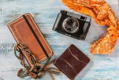 旅行概念,与老照相机、钱包和书 图库摄影