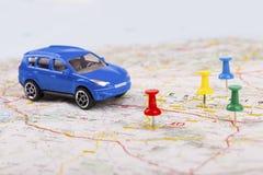 旅行概念,有终点的汽车在地图 免版税库存照片