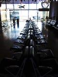 旅行概念,等待在机场的人 免版税库存图片