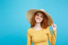 旅行概念-接近的有时髦帽子和微笑的画象年轻美丽的有吸引力的姜红色头发女孩 蓝色 图库摄影