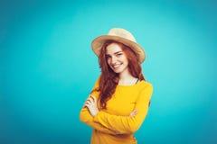 旅行概念-接近的有时髦帽子和sunglass微笑的画象年轻美丽的可爱的redhair女孩 蓝色 免版税库存图片