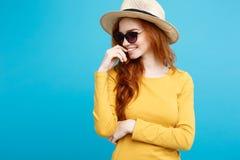 旅行概念-接近的有时髦帽子和sunglass微笑的画象年轻美丽的有吸引力的姜红色头发女孩 库存照片