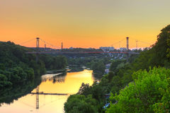 旅行横跨桥梁的人剪影  免版税库存图片