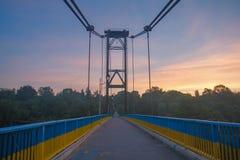 旅行横跨桥梁的人剪影  免版税图库摄影
