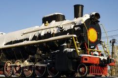 旅行沿在一次旅途上的路轨的一列铁路火车的特写镜头有软的被弄脏的背景 库存图片