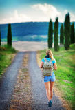 旅行沿欧洲的年轻背包徒步旅行者 免版税库存图片