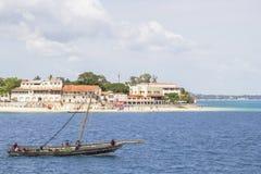 旅行沿海桑给巴尔的传统单桅三角帆船小船 库存图片