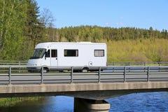 旅行沿风景路的白色Motorhome 免版税库存照片