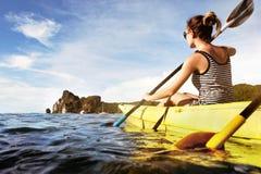 旅行海划皮船的乘独木舟的概念 免版税库存照片
