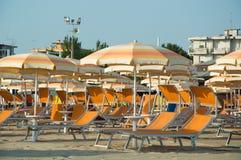 旅行海滩Romagna -伞和sunbeds 库存照片