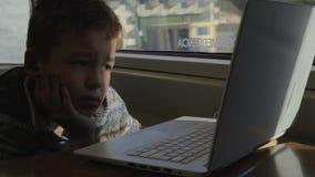 旅行由火车和电影的孩子在膝上型计算机 股票视频