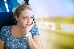 火车的窗口的少妇 免版税库存照片