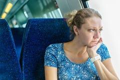 火车的窗口的哀伤的妇女 免版税库存图片
