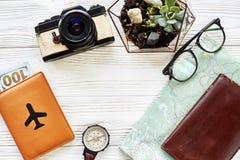 旅行癖和旅行概念,平的位置 地图护照金钱comp 免版税库存图片