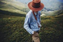 旅行癖和旅行概念 帽子的人旅客有照片的加州 免版税库存图片
