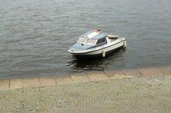 旅行的一条小船在水 库存照片