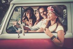 旅行的不同种族的嬉皮朋友 免版税图库摄影