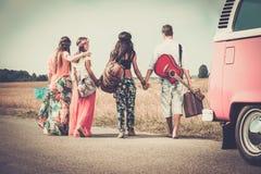 旅行的不同种族的嬉皮朋友 免版税库存图片