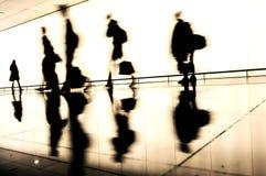 旅行的人剪影在机场 免版税库存图片