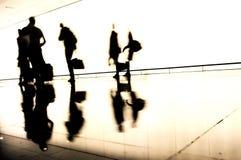 旅行的人剪影在机场 免版税库存照片
