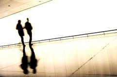 旅行的人剪影在机场 免版税图库摄影