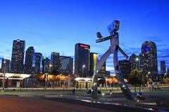 旅行的人是三个钢雕塑系列的一部分在榆木街道箭驻地在达拉斯 免版税图库摄影