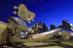 旅行的人是三个钢雕塑系列的一部分在榆木街道箭驻地在达拉斯 图库摄影