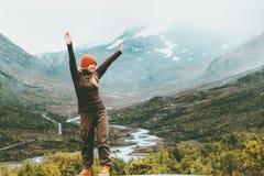旅行的妇女愉快的享用的有雾的山 免版税库存图片