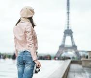 旅行的妇女户外 免版税库存照片