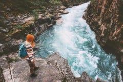 旅行的妇女远足假期室外活动冒险 免版税图库摄影