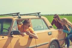 旅行的年轻行家朋友在汽车 库存照片