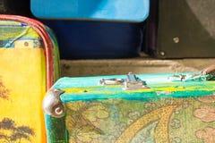 旅行的明亮的色的减速火箭的手提箱 库存图片