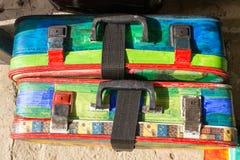 旅行的明亮的色的减速火箭的手提箱 库存照片