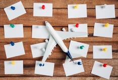 旅行的概念的准备和做名单,着名的本文,飞机,五颜六色的推挤别针 库存图片