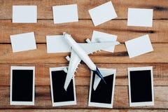 旅行的概念的准备和做名单,着名的本文,飞机,照片框架 免版税库存图片