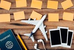旅行的概念的准备和做名单,纸着名,飞机,照片框架,耳朵电话,铅笔,护照 库存图片