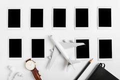 旅行的概念的准备,手表,飞机,铅笔,书,耳机,照片框架 免版税库存图片
