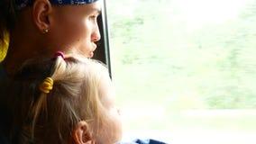 旅行的母亲和女儿在微型公共汽车上 运输概念和想法射击 股票视频
