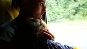 旅行的母亲和女儿在微型公共汽车上 运输概念和想法射击 影视素材