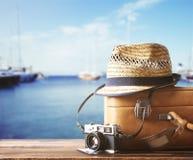旅行的葡萄酒手提箱广告照相机 图库摄影
