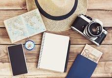 旅行的辅助部件 护照、照片照相机、巧妙的电话和旅行映射 顶视图 假日和旅游业概念 免版税库存图片