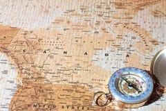 旅行目的地加拿大,与葡萄酒指南针的古老地图 免版税库存图片