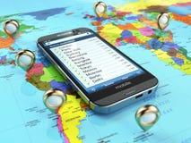 旅行目的地和旅游业概念 在世界地图的智能手机 库存图片