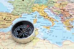 旅行目的地意大利,与指南针的地图 库存照片