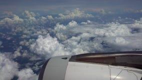 旅行航空的4K 涡轮与美丽的天空云彩的在飞行中飞机旅行 股票录像